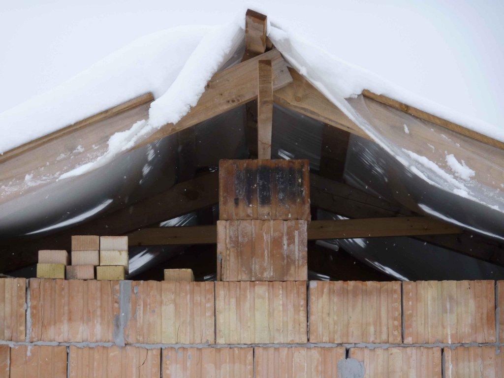 Nem hittem volna, hogy az összetákolt tető kibírja a 30 cm-es havat...