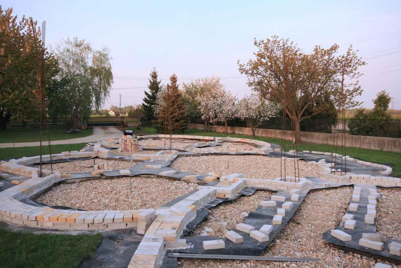 Földház építése - első sor tégla
