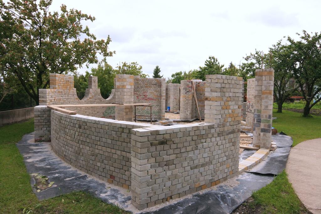 Földház falai a kőművesek után