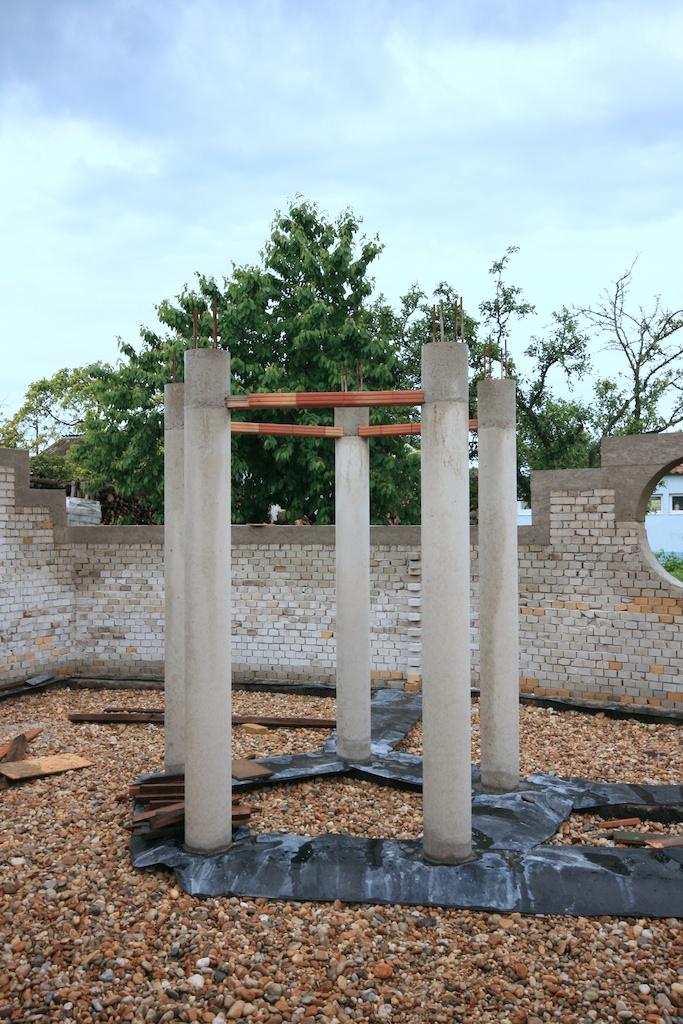 földház - oszlopok kizsaluzva