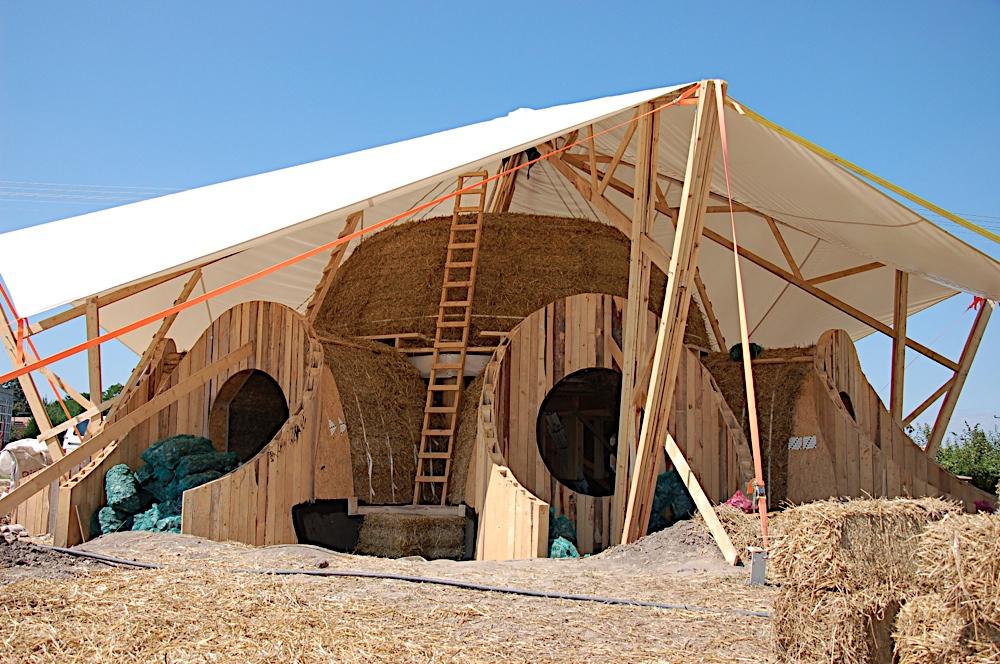 Minke: szalmaház-dombház/földház még a sátor alatt