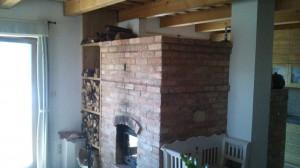 Lakóház ház beltere természetes anyagokkal és költséghatékony fűtéssel
