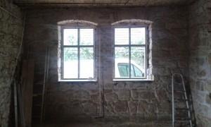 Parasztház felújítás - a vakolat alatt értékes kőfal , ami javítást és kezelést követően komoly belsőépítészeti érték