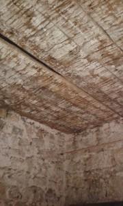 A felújítás során gyönyörű állapotú csapos gerendafödémet találtunk, ami sokáig jó lesz még...