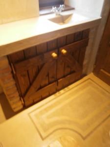 Egyedi épített fürdőszoba szekrény dekorbeton pulttal, mosdóval és padlóval