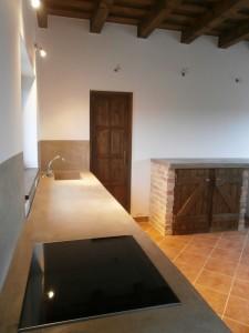 Egyedi épített konyhaszekrény téglából, fából és dekorbetonból (pult és falburkolat)